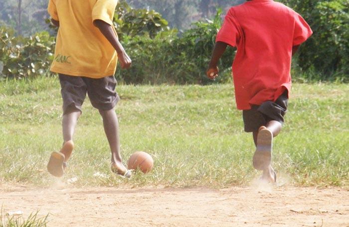 kids-spelen-voetbal